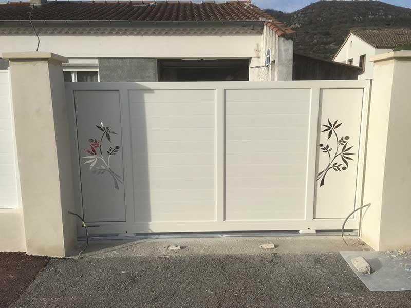 Installation de clôture, portail et portillon, l'aluminium